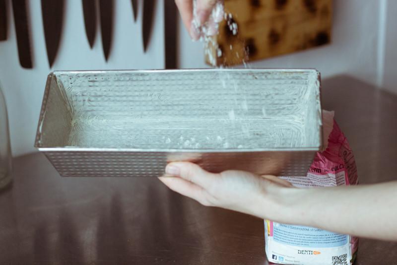 Форму для кулича смазываем сливочным маслом и присыпаем мукой.