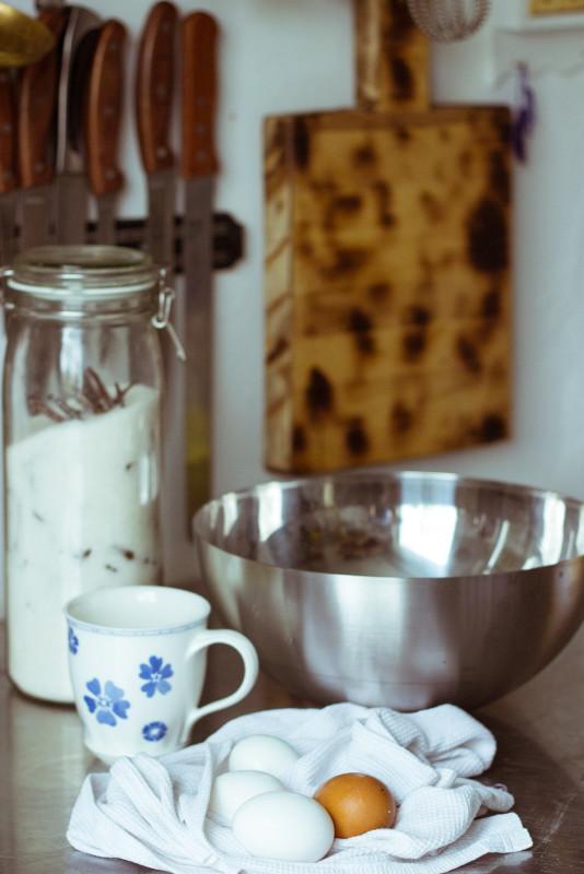 Масло растопим до состояния сметаны. Яйца нужно вымыть и дать им полежать вне холодильника. Любые компоненты должны быть комнатной температуры. Об этом следует позаботиться заранее, а воду и молоко следует нагреть