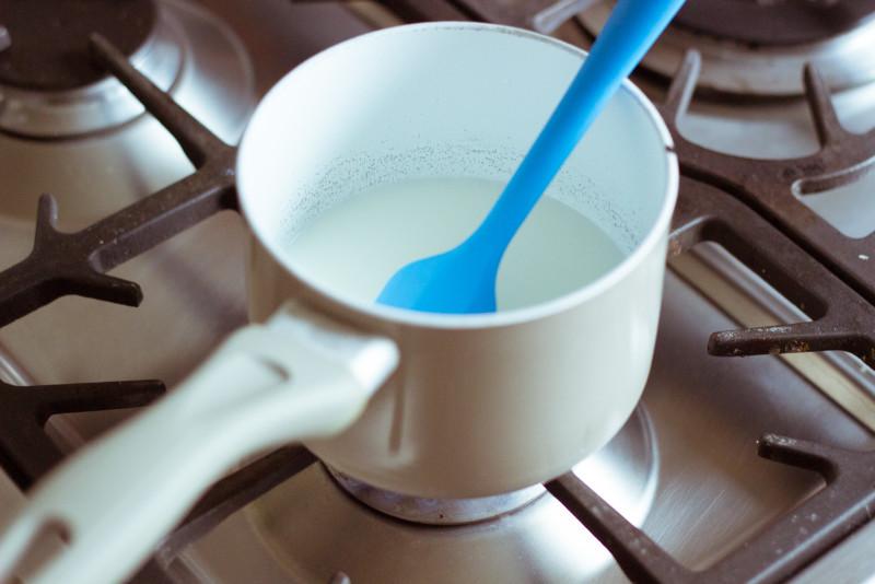 Молоко с сахаром подогреть, и помешивая растворить сахар