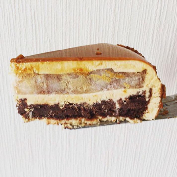 """А на этом кусочке видно, какая зеркальная глазурь с отражающимися обоями Ну и шикарные слои, конечно Карамельный муссовый торт """"Климт"""" ученицы #lililoveme_school Марины @marisha_tur"""