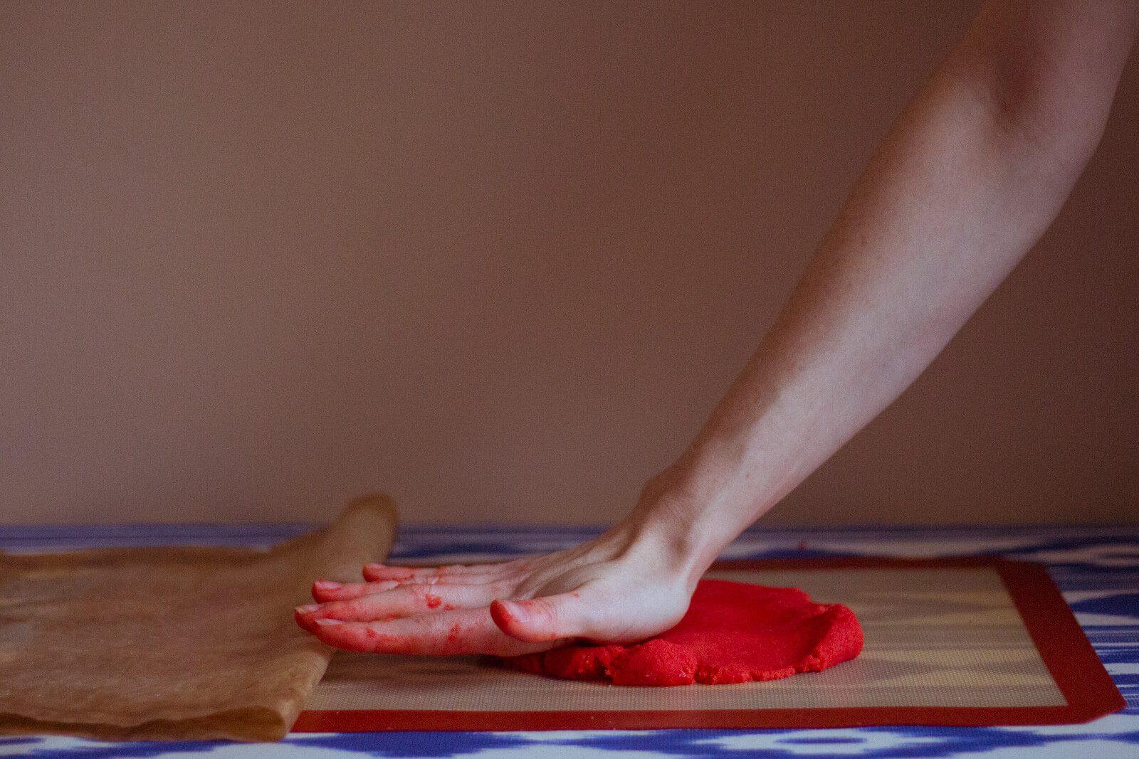 Прижимаем тесто для раскатки