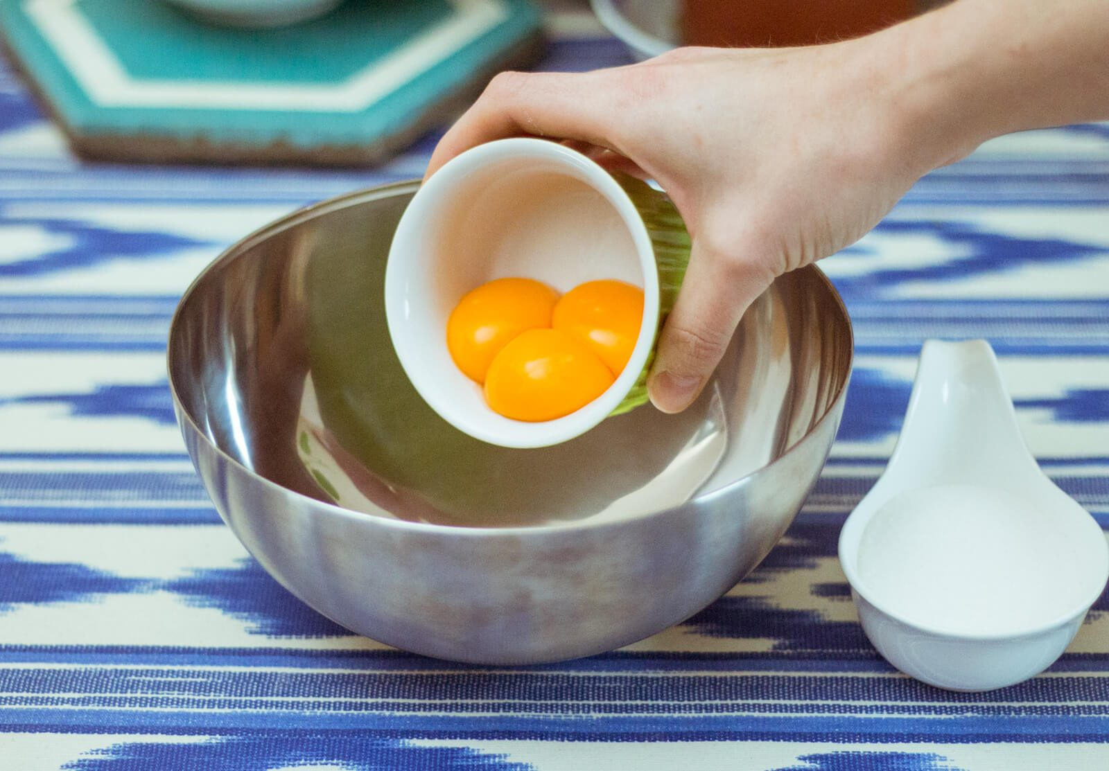 Mix 3 egg yolks, 70 g of sugar and 50 g of lime juice in a medium-sized bowl.